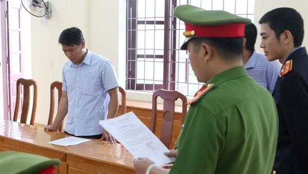 Công an thực hiện lệnh bắt tạm giam đối với ông Nguyễn Hoài Nam (Ảnh do công an cung cấp).