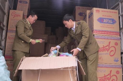 Lực lượng QLTT Quảng Bình kiểm kê số lượng hàng hóa vi phạm trên xe tải 51D - 424.60.