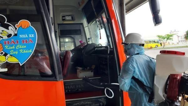 Lực lượng chức nắng tiến hành khử trùng xe khách Hải Hà.