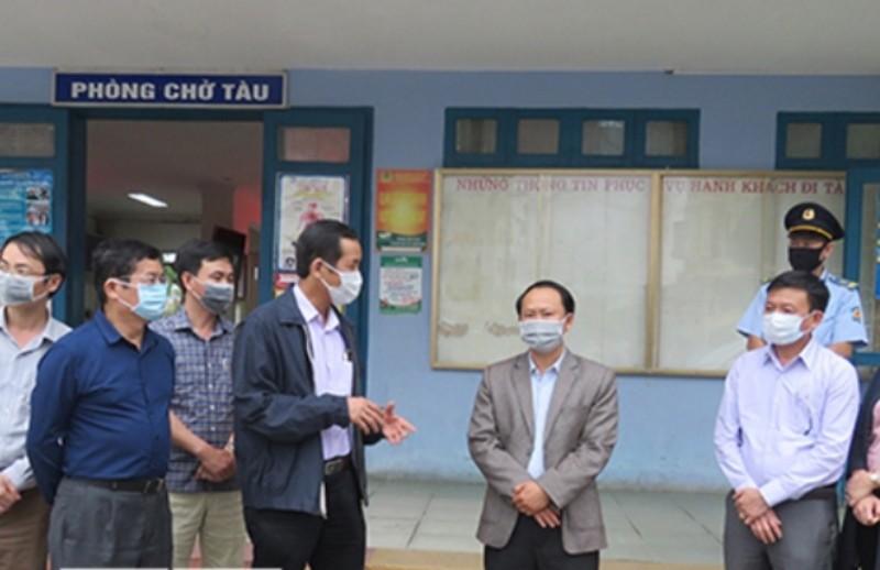 Chủ tịch UBND tỉnh Quảng Bình Trần Công Thuật kiểm tra công tác phòng, chống dịch Covid-19 tại Ga Đồng Hới.