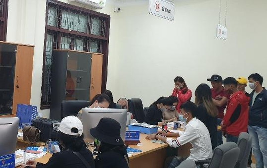 Công chức Sở Tư pháp phục vụ người dân làm thủ tục hành chính tại Trung tâm Hành chính công tỉnh Quảng Bình.