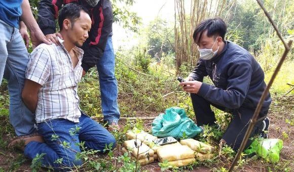 Gia Xông khi bị bắt giữ trong rừng biên giới