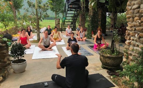 Du khách quốc tế tự cách ly vui vẻ tham gia hoạt động yoga trong khu vực an toàn của Jungle Boss Homestay (ở thị trấn Phong Nha, Quảng Bình).