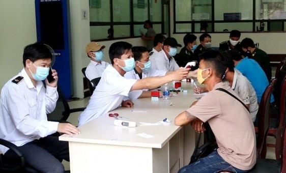 Thực hiện đo thân nhiệt và khai báo y tế đối với người nhập cảnh vào Việt Nam qua Cửa khẩu quốc tế Cha Lo (Quảng Bình).