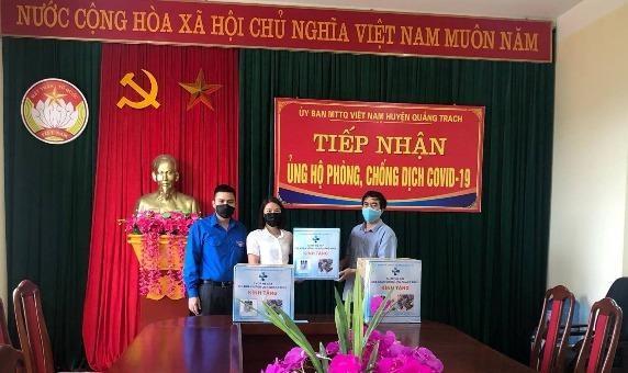 Chi đoàn Sở Du lịch Quảng Bình trao quà ủng hộ tại huyện Quảng Trạch.