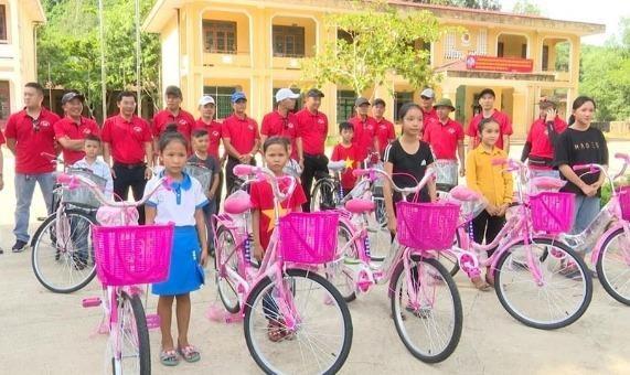 Hội Xe đạp xanh Hoàn Lão tặng xe đạp cho học sinh nghèo vượt khó.