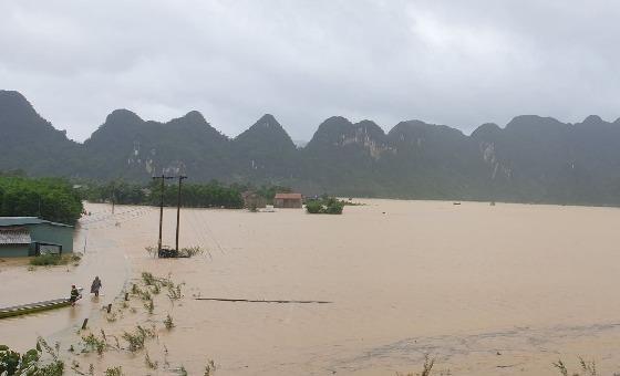"""""""Rốn lũ"""" Tân Hóa, huyện Minh Hóa ngập trong biển nước."""