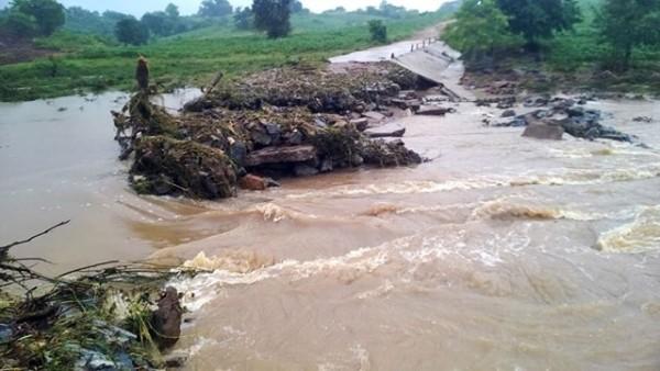 Nước sông suối chảy xiết vào mùa mưa lũ, người dân đi qua sẽ rất nguy hiểm.