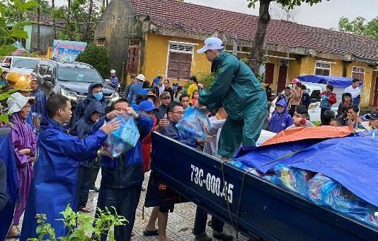 Cứu trợ khẩn cấp cho người dân vùng lũ xã Sơn Thủy, huyện Lệ Thủy.