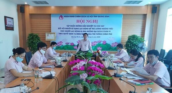 Chi nhánh NHCSXH tỉnh Quảng Bình tập huấn nghiệp vụ cho vay đối với người sử dụng lao động trả lương ngừng việc do dịch Covid-19.