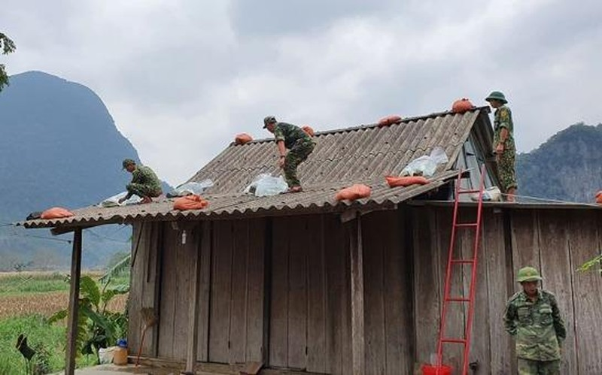 Lực lượng Bộ đội Biên phòng Quảng Bình giúp dân vùng biên giới gia cố nhà cửa chống bão số 13.
