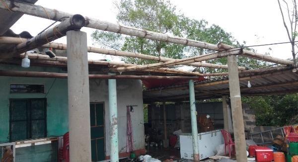 Nhà dân ở xã Ngư Thủy, huyện Lệ Thủy (Quảng Bình) bị tốc mái.