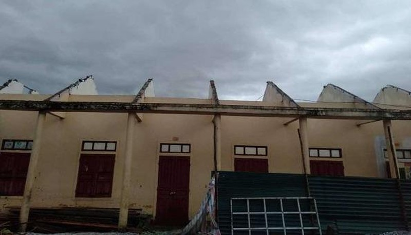Trường Tiểu học Quảng Minh, thị xã Ba Đồn (Quảng Bình) bị bão giật tốc mái hoàn toàn.
