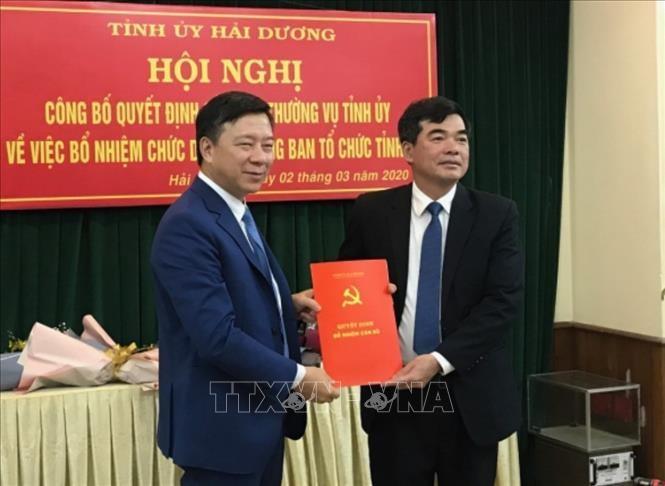 Phó Bí thư Thường trực Tỉnh ủy Hải Dương Phạm Xuân Thăng (bên trái) trao Quyết định điều động và bổ nhiệm Trưởng Ban Tổ chức Tỉnh ủy cho đồng chí Nguyễn Hồng Sơn. Ảnh: TTXVN