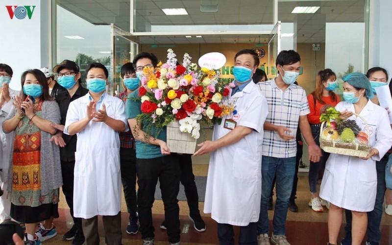 Các trường hợp cách ly khi trở về từ Vũ Hán cảm ơn y bác sĩ. Ảnh: VOV