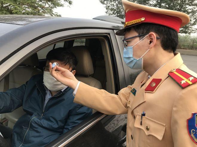 Cục CSGT đo thân nhiệt cán bộ chiến sĩ, tổ chức cá nhân đến làm việc tại đơn vị. Ảnh: csgt.vn