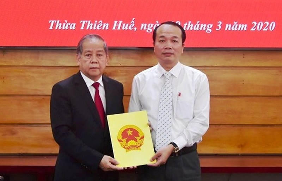 Chủ tịch UBND tỉnh Thừa Thiên Huế Phan Ngọc Thọ trao quyết định và chúc mừng đồng chí Phan Quý Phương. Ảnh: VGP