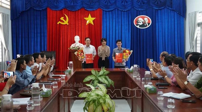 Bà Huỳnh Thị Thanh Loan - Trưởng Ban Tổ chức Tỉnh ủy Cà Mau, trao Quyết định cho ông Trương Đăng Khoa (phải) và ông Nguyễn Minh Phụng. Ảnh: baoanhdatmui