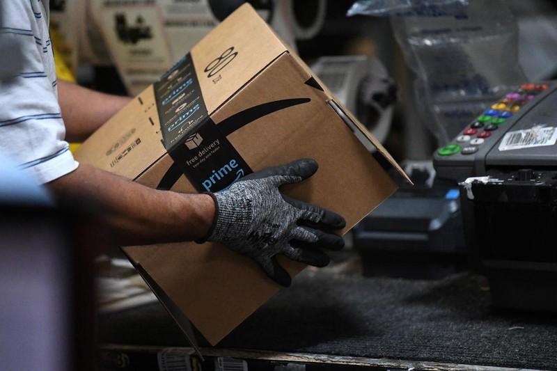 Nhân viên giao hàng của Amazon tại Baltimore, Maryland, Mỹ. Ảnh: Reuters
