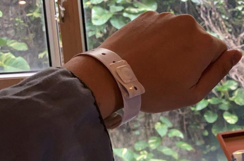 Hồng Kông (Trung Quốc) đang sử dụng vòng đeo tay điện tử để theo dõi những người bị cách ly để chống dịch COVID-19.