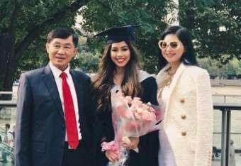 Tiên Nguyễn cùng bố mẹ là doanh nhân Johnathan Hạnh Nguyễn và bà Lê Hồng Thủy Tiên.