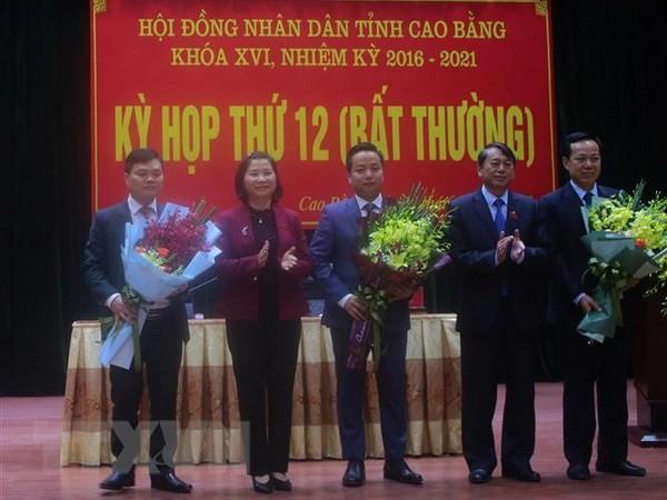 Lãnh đạo UBND tỉnh Cao Bằng tặng hoa chúc mừng các đồng chí được bầu là Phó Chủ tịch UBND tỉnh, Ủy viên UBND tỉnh Cao Bằng, nhiệm kỳ 2016-2021. Ảnh: TTXVN