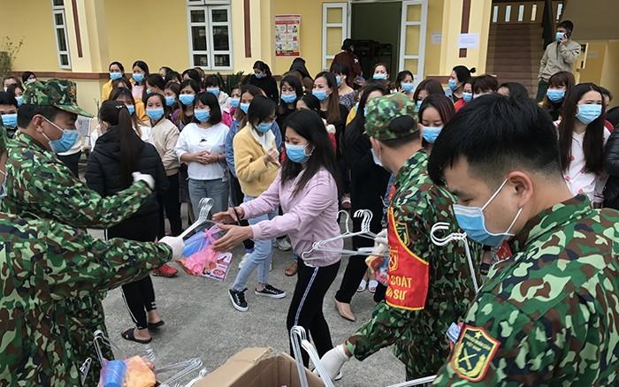 Cán bộ, chiến sĩ Trung đoàn 750, Bộ CHQS tỉnh Bắc Kạn cấp nhu yếu phẩm cho công dân đang được cách ly tại đơn vị. Ảnh: VOV
