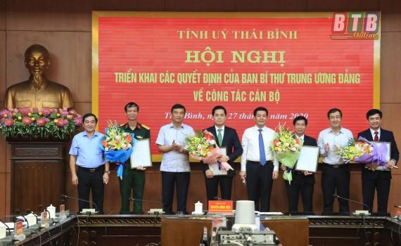 Lãnh đạo tỉnh Thái Bình trao quyết định và chúc mừng các cán bộ được Ban Bí thư Trung ương Đảng chuẩn y chức vụ mới.