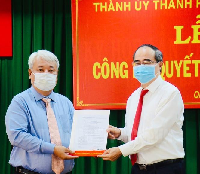 Bí thư Thành ủy TP HCM Nguyễn Thiện Nhân trao quyết định cho ông Võ Khắc Thái. Ảnh: hcmcpv.org