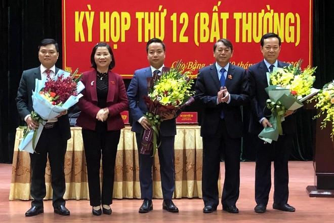 Lãnh đạo tỉnh Cao Bằng tặng hoa chúc mừng ông Lê Hải Hòa (đứng giữa). Anh: Zing