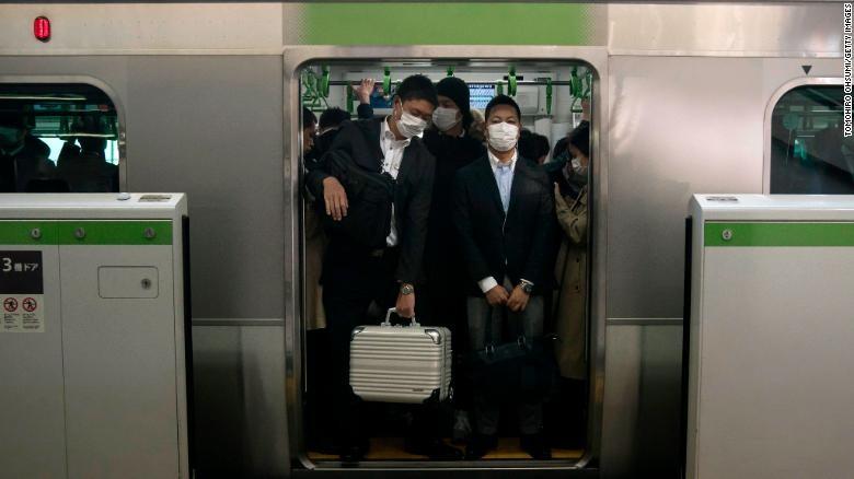 """Văn hóa """"làm việc đến chết"""" khiến người Nhật không sợ COVID-19?"""