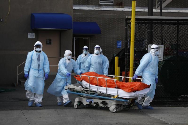 Tính đến 21h13 ngày 3/4 toàn thế giới 53.464 ca tử vong vì COVID-19. Ảnh: Reuters