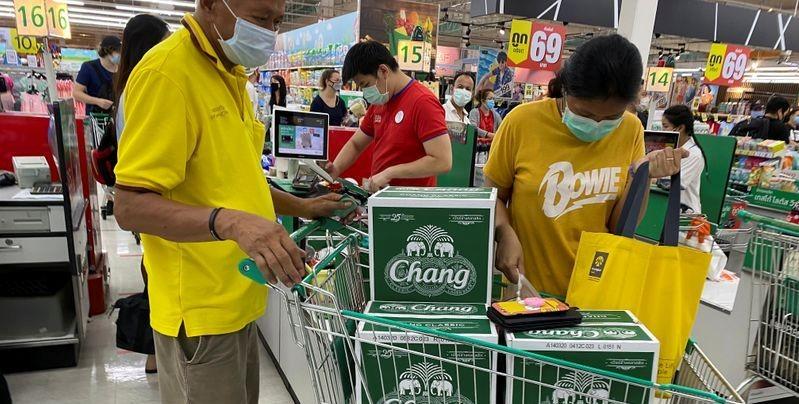 Người Thái tích trữ rượu, bia cho dịp Songkran trước giờ cấm đồ uống có cồn ở Bangkok. Ảnh: Reuters