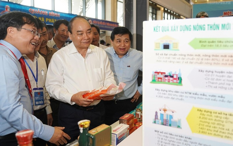 Thủ tướng tới thăm gian hàng trưng bày sản phẩm trong khuôn khổ Hội nghị phát triển kinh tế miền Trung tại Bình Định ngày 20/8/2019. Ảnh: VGP