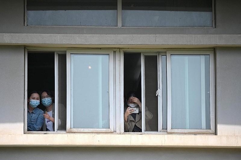 Những bệnh nhân dài hạn phải sống cuộc sống cách ly của Bệnh viện Jinyintan ở Vũ Hán. Ảnh: Straitstimes