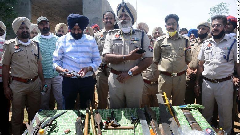 Cảnh sát Ấn Độ bị chém lìa tay khi thực hiện biện pháp giới nghiêm kiểm soát dịch COVID-19