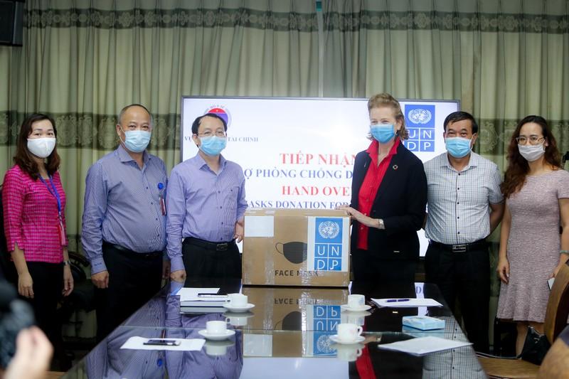 UNDP tặng 20.000 khẩu trang ngoại khoa cho Bộ Y tế tại Việt Nam