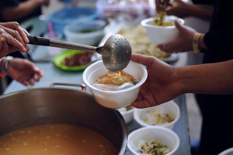 """""""Bếp mở"""" giúp người nghèo không bị đói trong dịch COVID-19 ở Indonesia"""