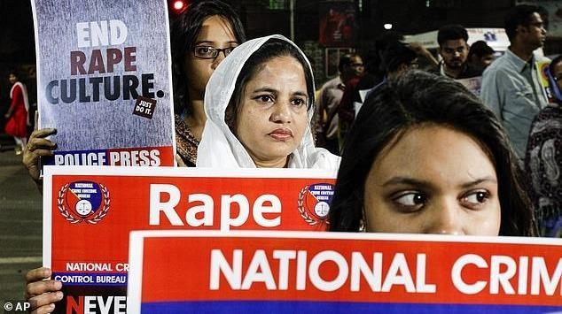 Bạo lực tình dục ở Ấn Độ đã làm dấy lên những cuộc biểu tình lớn ở các TP của nước này. Ảnh: Dailymail