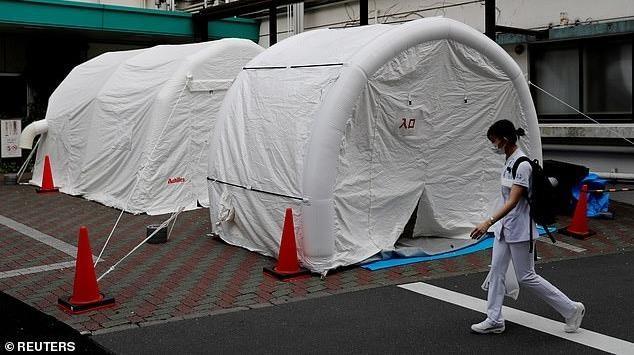 Một bác sĩ đi ngang qua lều xét nghiệm virus corona tại bệnh viện ở Tokyo. Ảnh: Reuters