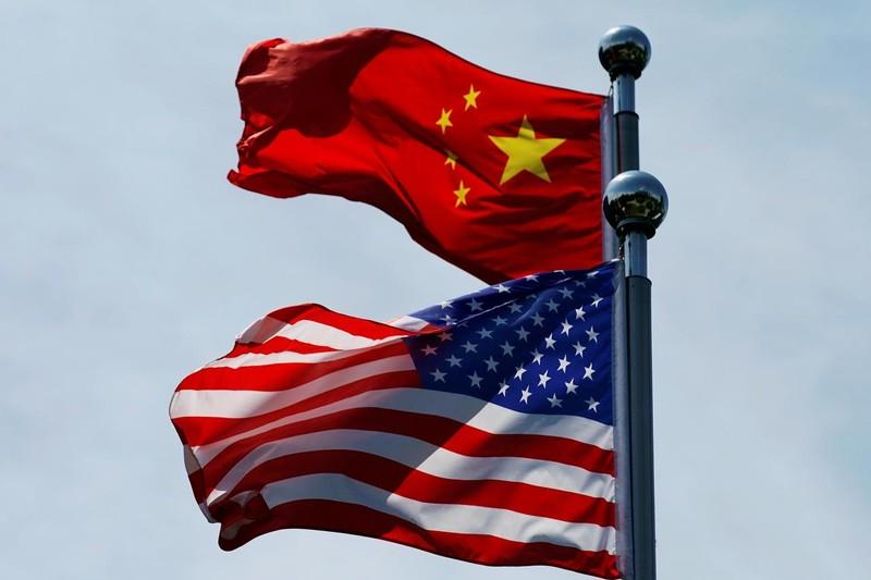 Cờ Trung Quốc và Hoa Kỳ tung bay gần Bund, trước khi phái đoàn thương mại Hoa Kỳ gặp gỡ các đối tác Trung Quốc để đàm phán tại Thượng Hải, Trung Quốc ngày 30/7/2019.  Ảnh: Reuters