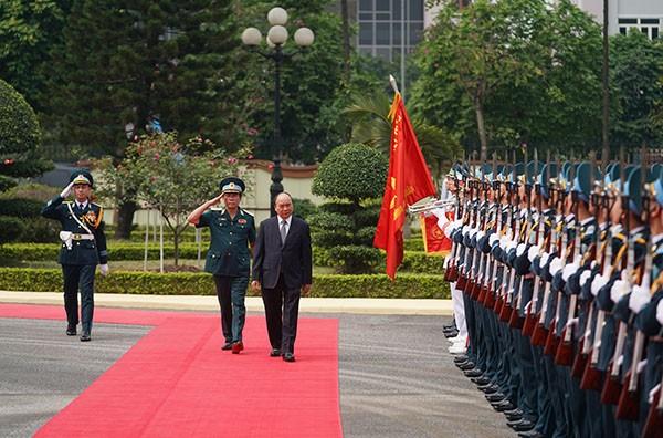 Thủ tướng duyệt đội danh dự Quân chủng Phòng không-Không quân. Ảnh: VGP/Quang Hiếu