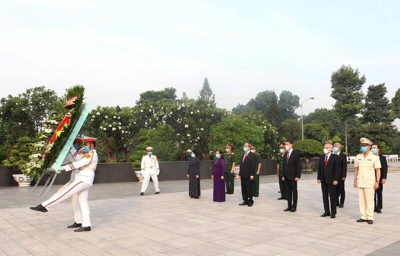 Dâng hương tưởng niệm các anh hùng liệt sĩ Nhân kỷ niệm 45 năm Ngày Giải phóng miền Nam, thống nhất đất nước