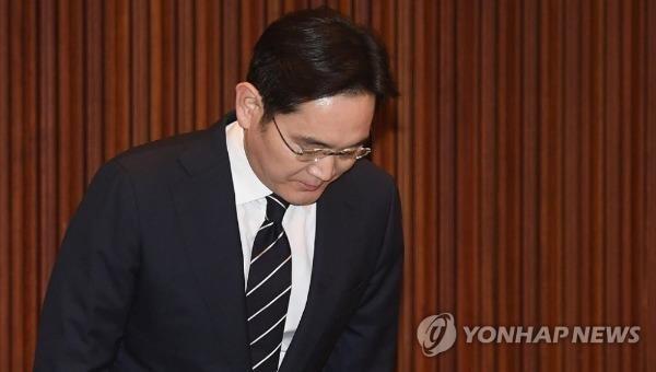 Người thừa kế của Tập đoàn Samsung xin lỗi về sai phạm trong kế nhiệm