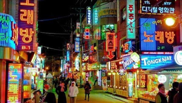 Khu phố ăn chơi nổi tiếng đắt đỏ nhất nhì Seoul có tên Itaewon trước khi có dịch COVID-19. Ảnh: hanquoc9