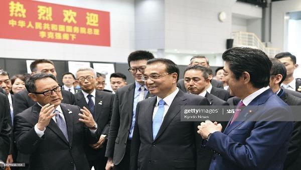 Thủ tướng Nhật Bản Shinzo Abe và Thủ tướng Trung Quốc Lý Khắc Cường nghe Chủ tịch Toyota Motor Corp Akio Toyoda giới thiệu về nhà máy của Tập đoàn Toyota Motor ở Tomakomai (Nhật Bản) tháng 5/2018. Ảnh: Kyodo/Getty Images