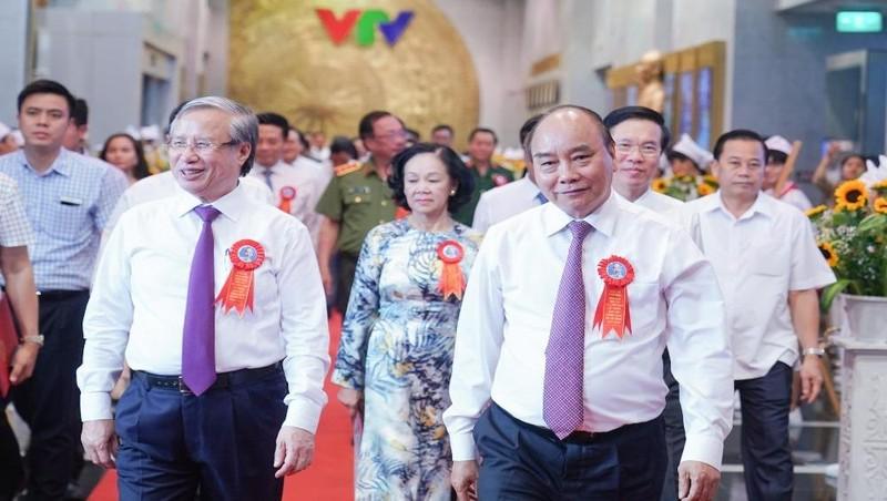Thủ tướng Nguyễn Xuân Phúc và các đồng chí lãnh đạo Đảng, Nhà nước dự chương trình. Ảnh: Quang Hiếu/VGP