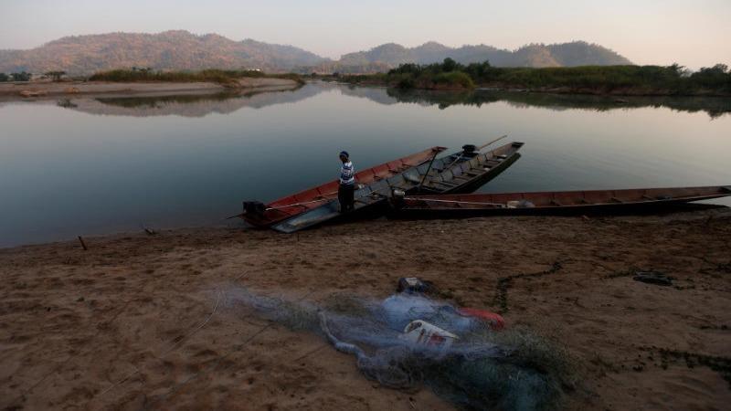 Một ngư dân bên bờ sông Mê Kông ở ngoại ô Nong Khai ngày 10/1/2020. Ảnh: Reuters