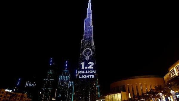 Mỗi ngọn đèn bên ngoài tòa tháp là một bữa ăn cho người nghèo bị ảnh hưởng bởi dịch COVID-19.