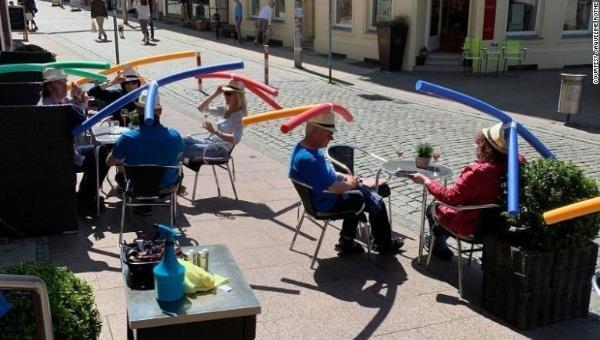 Quán cafe ở Đức dùng mũ giãn cách đầy máu sắc để khách giữ khoảng cách an toàn